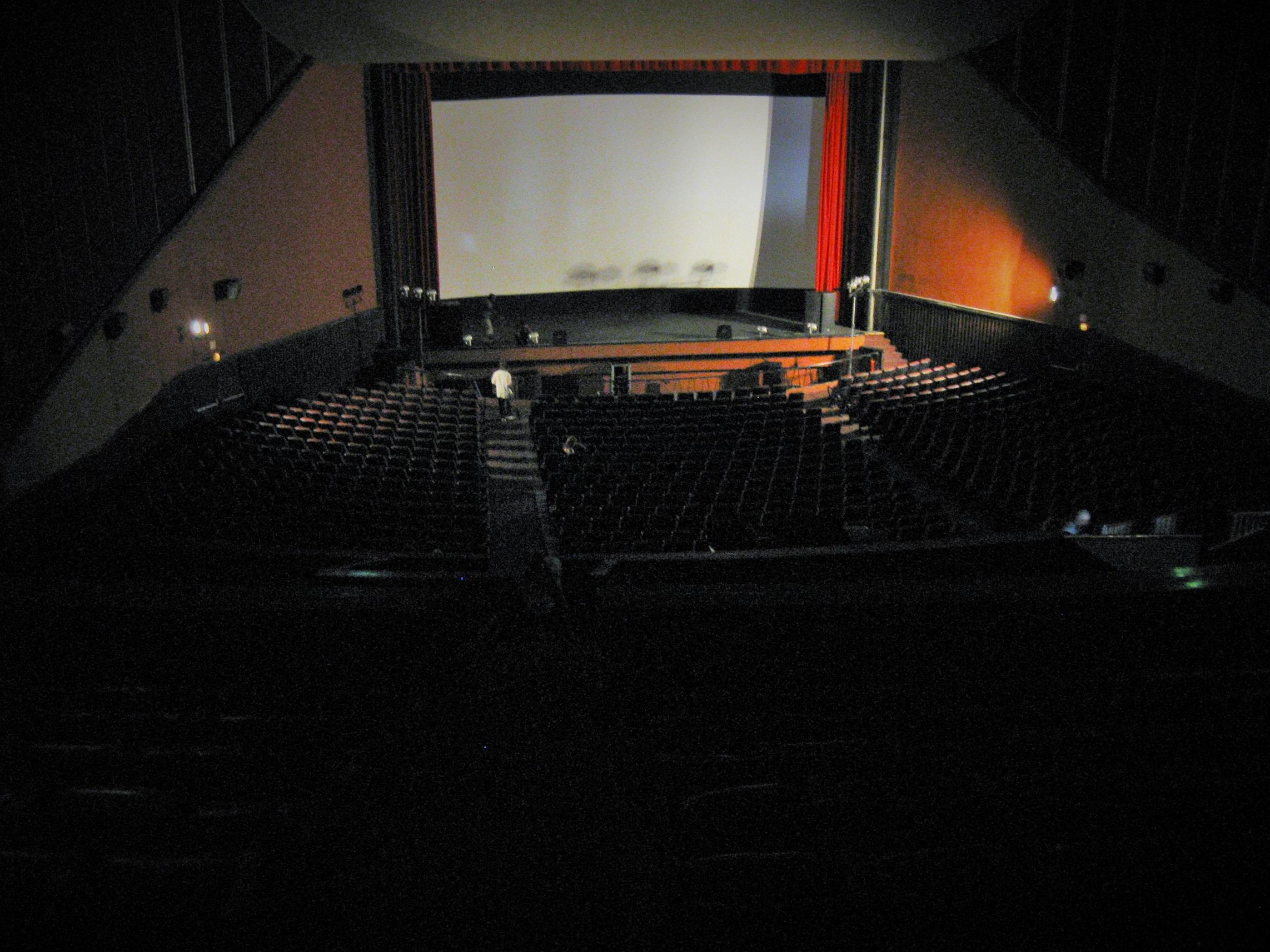 Impossível captar o tamanho da sala em uma foto. Não estava nem na parte mais alta da platéia.