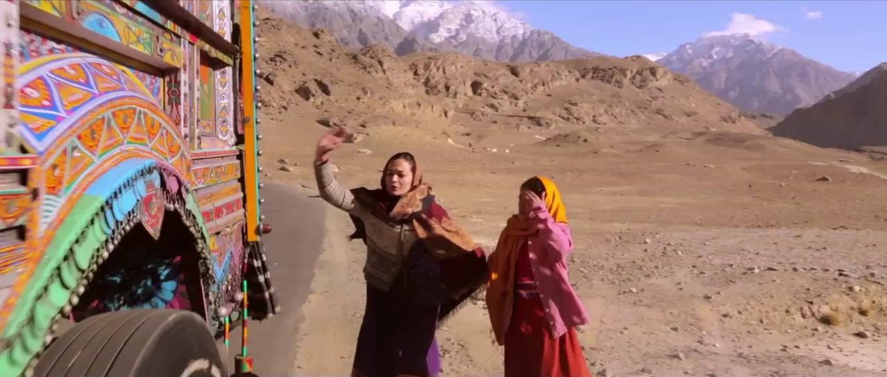 Dirigido por Afia Nathaniel, uma cineasta paquistanesa, o filme trata com sensibilidade a temática do casamento arranjado a força.