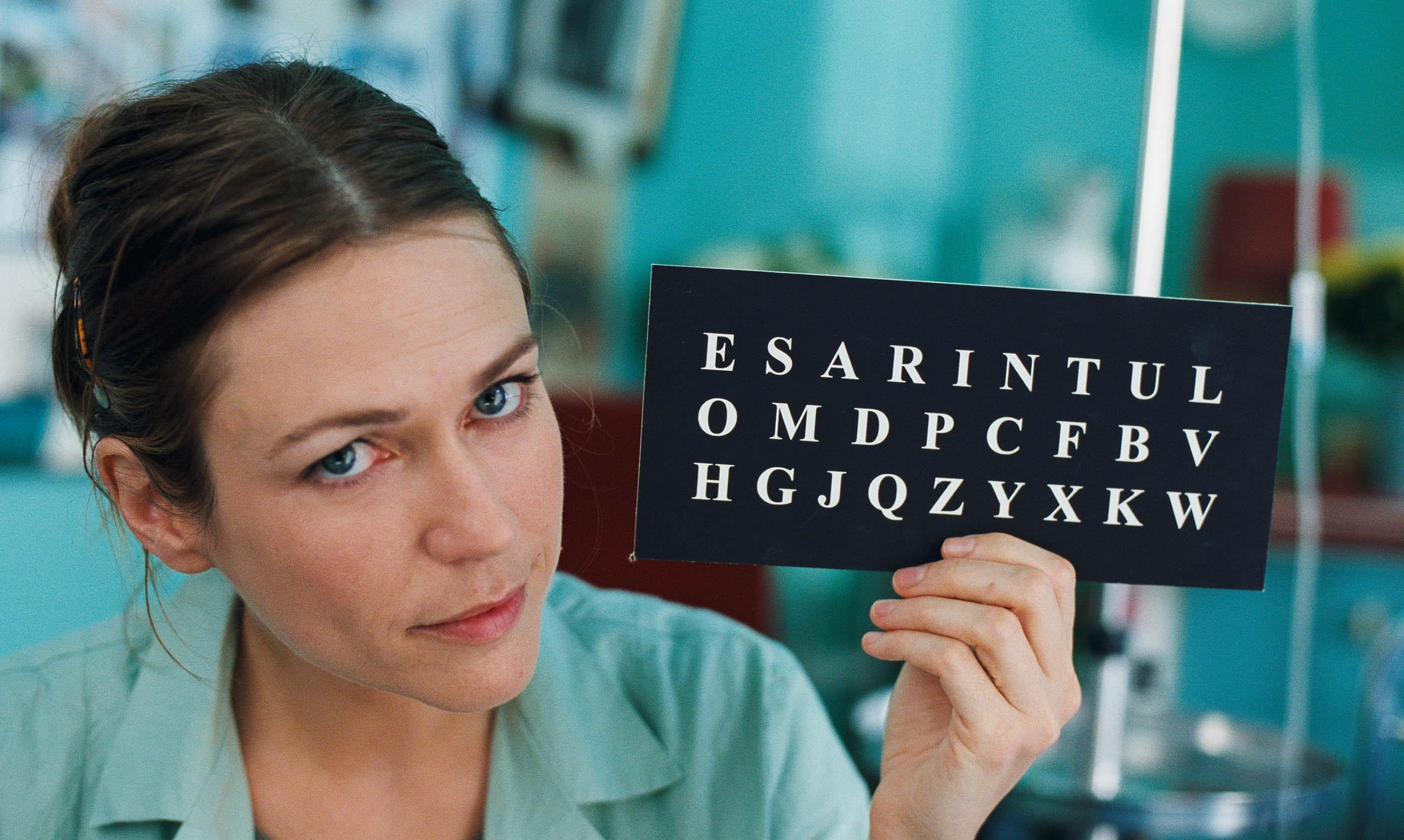 O Escafandro e a Borboleta é baseado na história real de Jean-Dominique Bauby, que após um derrame passou a se comunicar apenas com os olhos.