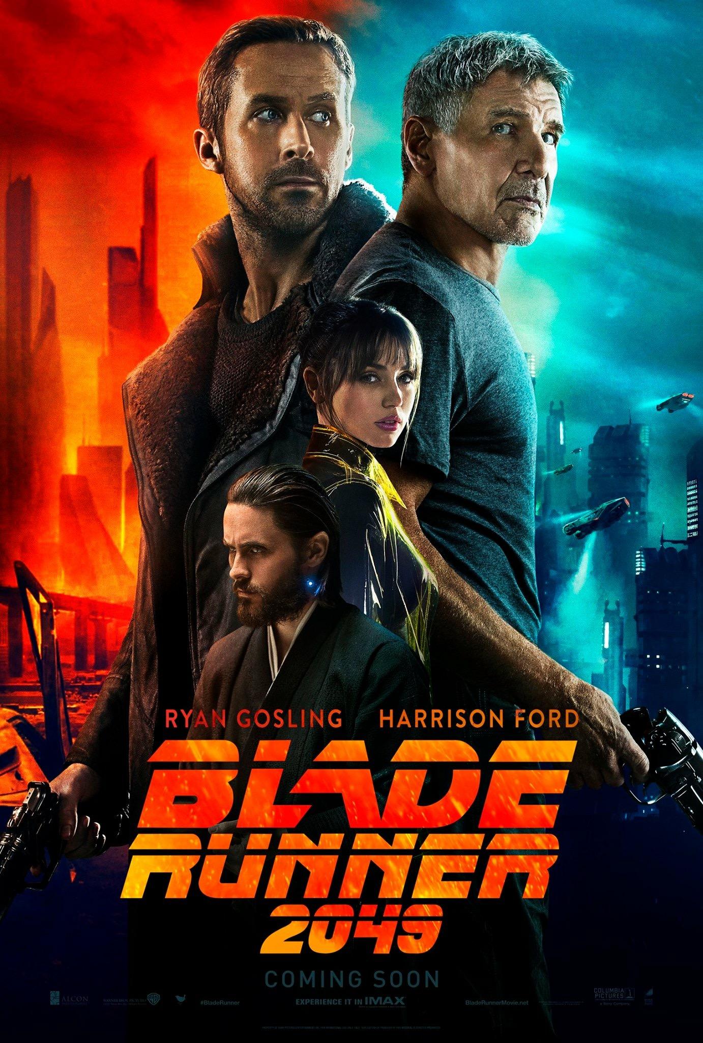 Poster do filme contendo os personagens K, Deckard, Joi e Wallace, nessa ordem de cima para baixo e também em tamanho (cada vez menores), sobre o nome do filme. O fundo é laranja e ciano.