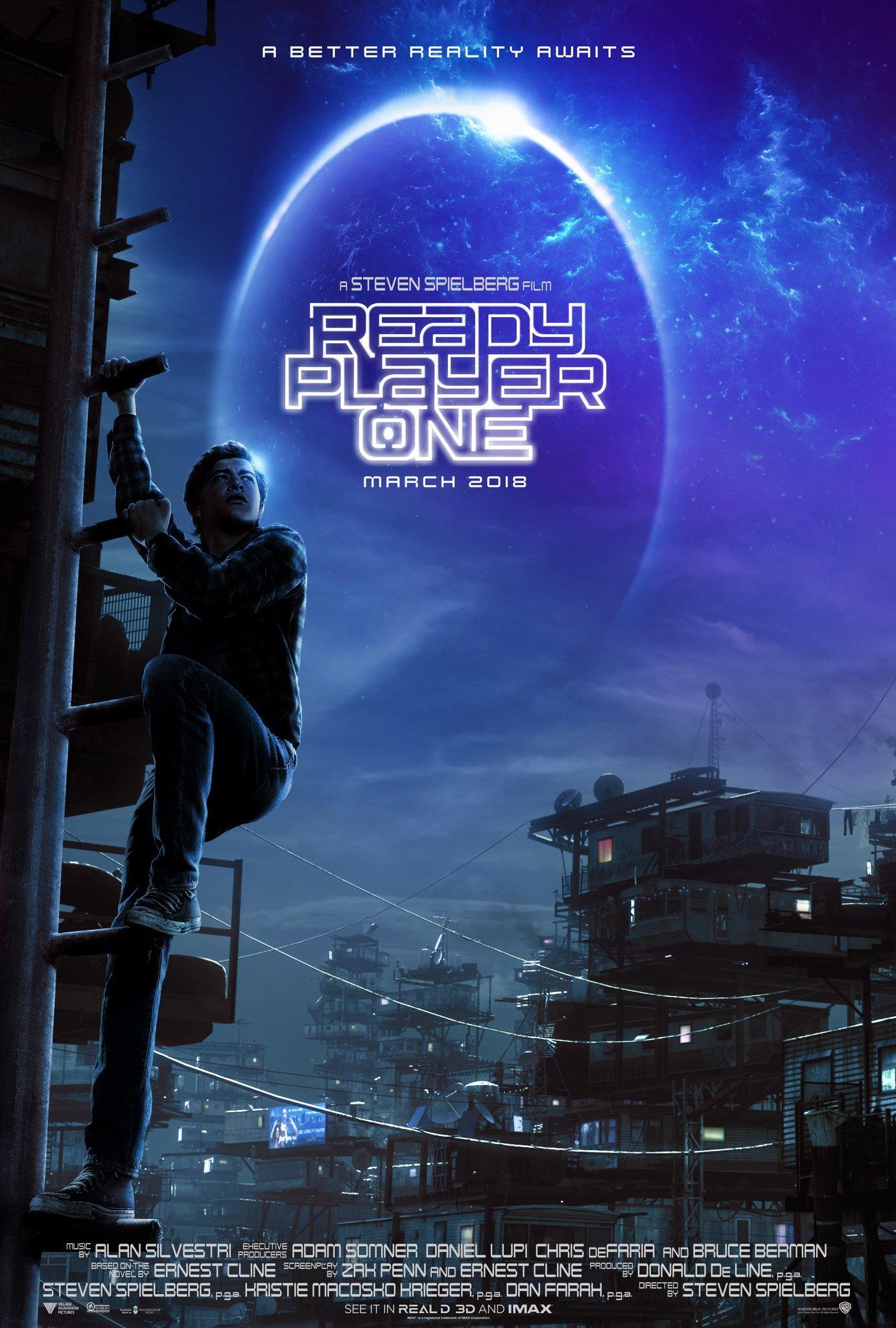 Poster do filme Jogador Nº 1 em que o protagonista, Wade, aparece subindo uma escada vertical, olhando para o horizonte. Ao fundo, numa favela de formas geométrica retangulares empilhadase, é possível ver relas e antenas. Uma espécie de círculo luminoso ilumina o céu noturno e toda a imagem é azulada.