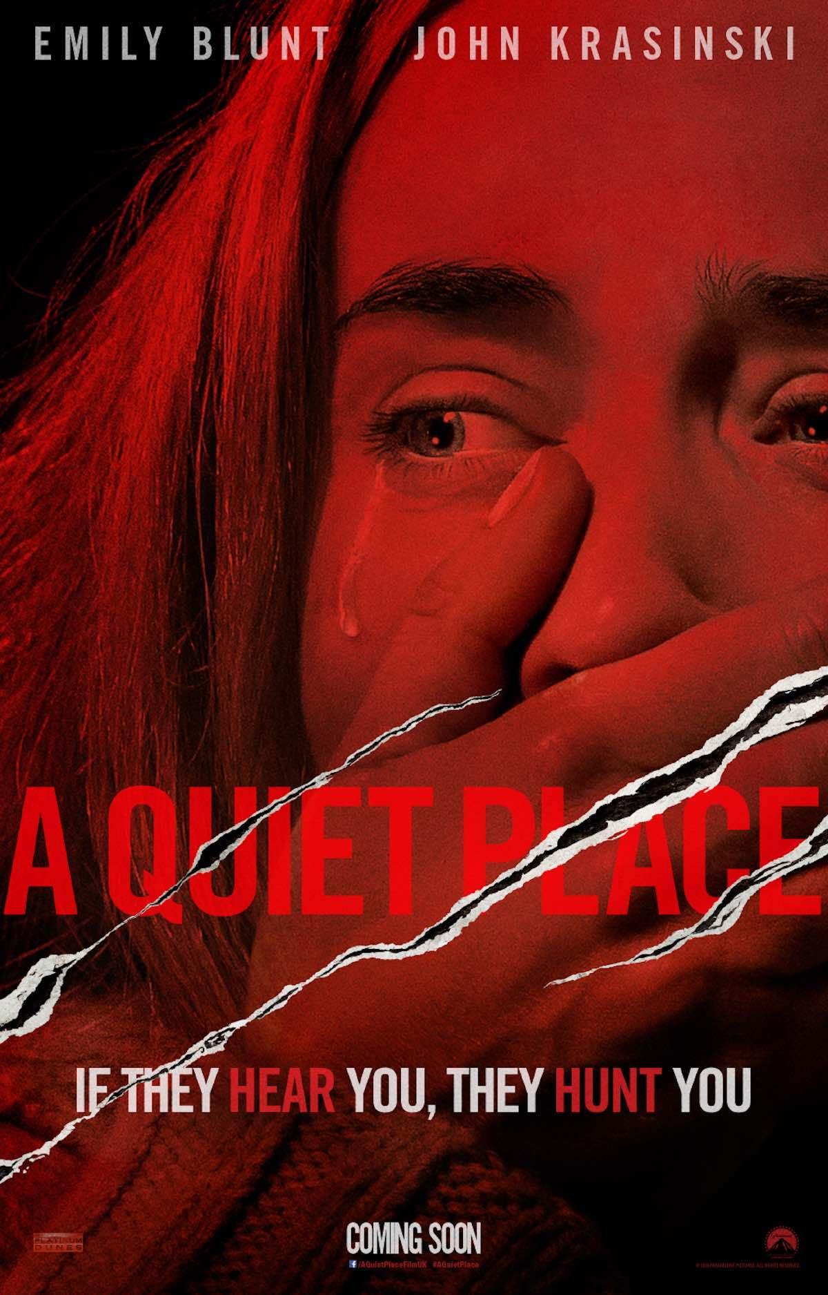 Poster do filme, que mostra a atriz Emily Blunt com olhar assustado, chorando, cobrindo a boca com as mãos. O Título do filme está arranhado por 3 garras, como se tivesse cortado o papel.
